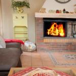 Le salon et son feu de cheminée